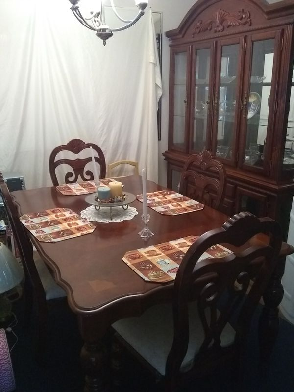 DINING ROOM SET ( must sell fast 1st come gets it, I can't hold it)