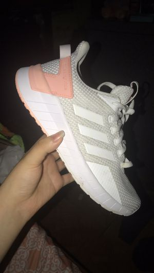 ADIDAS SHOES SIZE 6 for Sale in Chicago, IL