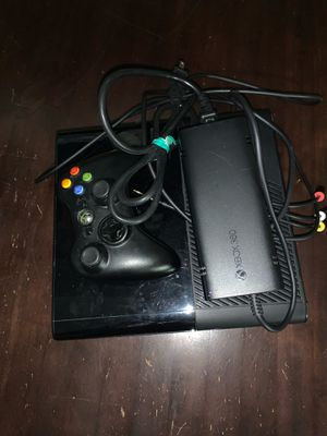 Xbox 360 with controller for Sale in Hialeah, FL