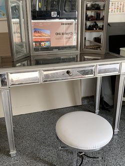 Vanity Desk and Stool for Sale in Issaquah,  WA