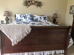 King solid wood bedroom set for Sale in Puyallup, WA