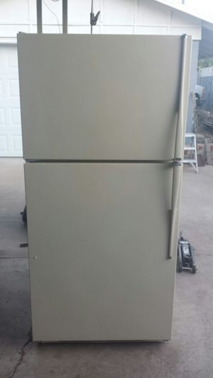 Hot point refrigerator 20.6 cu.ft refrigerator freezer for Sale in Phoenix, AZ