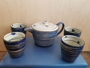 Tea set (tea pot and 4 cups) for Sale in Los Angeles, CA