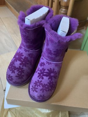 Ugg girl boots size 4 like new my daughter used only one time $40 obo autentic brand for Sale in Cicero, IL