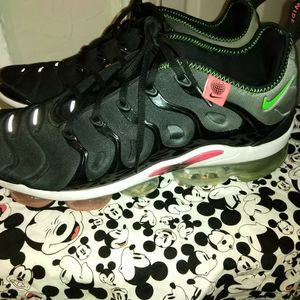 Nike Vapor max Plus Size 13 blk, Red And Green for Sale in Tulsa, OK