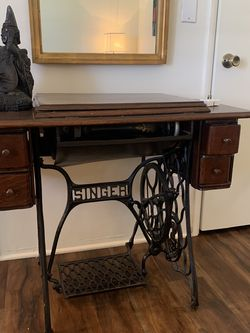 Vintage Singer Sewing Machine With Original Table for Sale in Los Angeles, CA