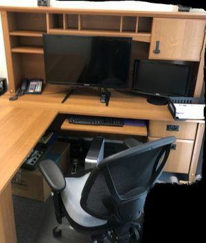 L shaped desk with hutch for Sale in Baldwin Park, CA