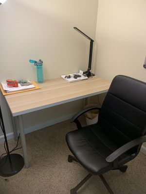 Desk and chair for Sale in Bellevue, WA