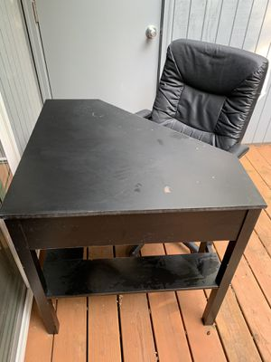 Black corner desk with computer chair for Sale in Hillsboro, OR