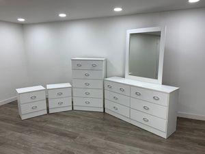 Dresser with mirror, chest and 2 nightstands- Cómoda con espejo, gavetero y 2 mesitas de noche for Sale in Miami, FL