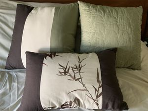 Set of three reversible throw pillows for Sale in San Bernardino, CA