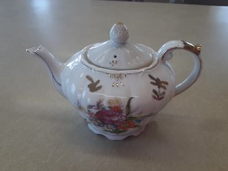 GORGEOUS LOOKING VINTAGE MUSICAL TEA pot for Sale in Arnold,  MO