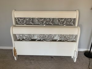 Queen size bed frame for Sale in Battle Creek, MI
