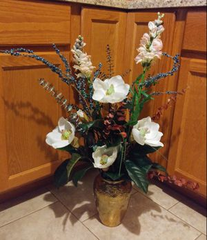 Beautiful flowers in vase for Sale in St. Louis, MO