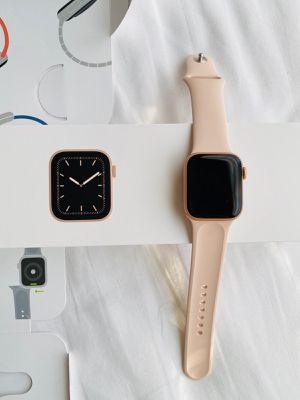 Apple watch series 5 40mm for Sale in Los Angeles, CA