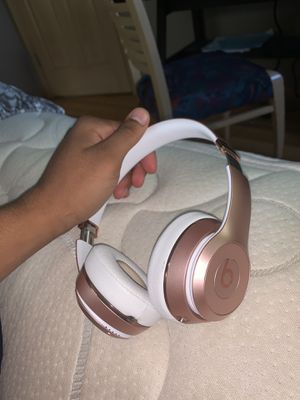 Beats solo 3's rose gold for Sale in Brooklyn Park, MN