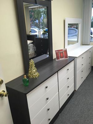 Compressed wood dresser and mirror for Sale in Anaheim, CA