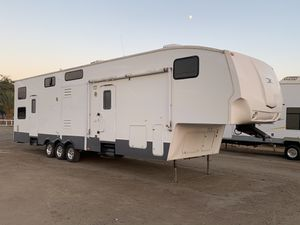 2007 fuzion toy hauler 39ft for Sale in Tulare, CA