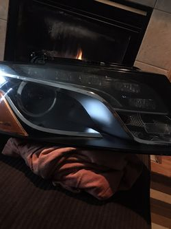 Audi Q5 Headlight FR Passenger 2009 2010 2011 2012 for Sale in Happy Valley,  OR