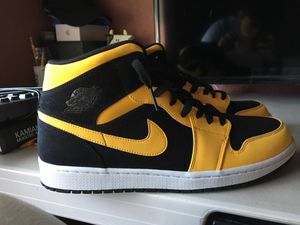 Nike Air Jordan retro 1 mid reverse (size 11) New Love Black Yellow for Sale in Mukilteo, WA