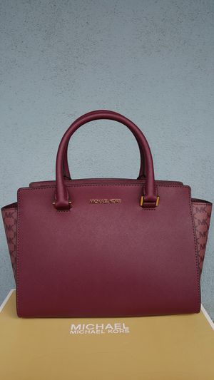 New Authentic Michael Kors Medium Burgandy Handbag Comes With A Long Shoulder Strap 🎁🎅🎁🎅 for Sale in East Los Angeles, CA