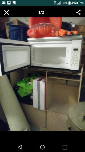 Large microwave clean, and works good. It has a small crack in the bottom left corner of the outside lining that decorates the microwave for Sale in Port St. Lucie, FL