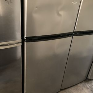 WHIRLPOOL SILVER TOP FREEZER FRIDGE W/ ICE MAKER for Sale in Santa Ana, CA
