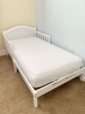 White Toddler Bed w/Mattress and blanket for Sale in Gilbert, AZ