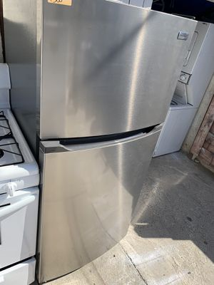 Frigidaire 10 cubic ft top freezer refrigerator for Sale in Lakewood, CA