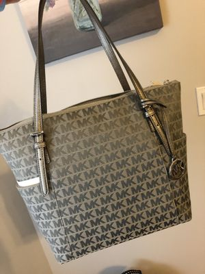 Brand New $250 Michael Kors travel tote silver ice slate for Sale in Pembroke Pines, FL