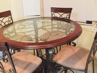 Nice Set Of Table With Four Chairs Good Condition for Sale in Laurel,  MD