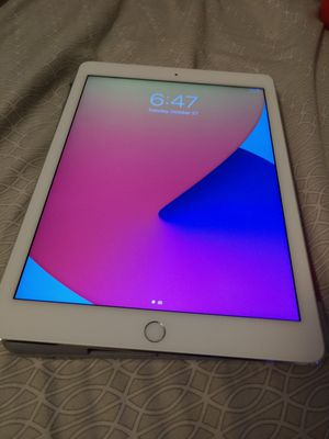 iPad Air 2 WIFI 16GB COMES WITH WIRELESS KEYBOARD/ CASE BOTH IN GREAT CONDITION for Sale in San Diego, CA