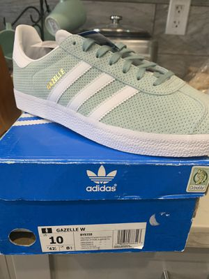 adidas Originals Women's Gazelle Sneaker, Tactile Green/White/Gold Metallic, womens size 10 and 9 for Sale in Lakewood, CA
