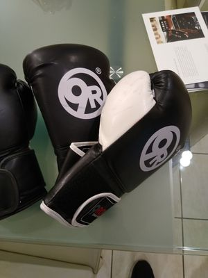 12 oz boxing gloves for Sale in Glendale Heights, IL