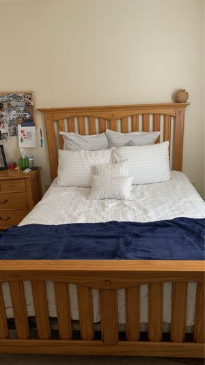 Queen size wooden bed for Sale in Fort Lauderdale, FL