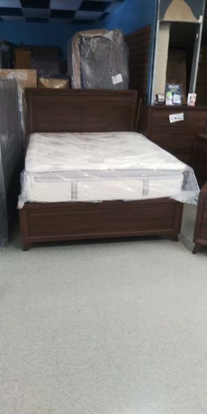 Queen 5 piece bedroom set mattress not included for Sale in Grove City, OH