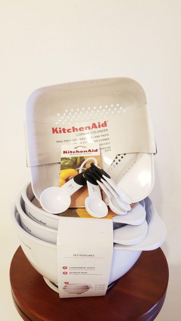 Kitchen Aid mixing bowl set & corner colander