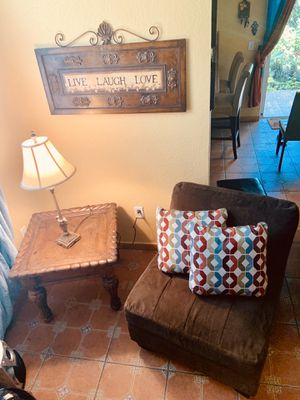 Couch with couches and table - Sillón con cojines y mesa for Sale in Homestead, FL