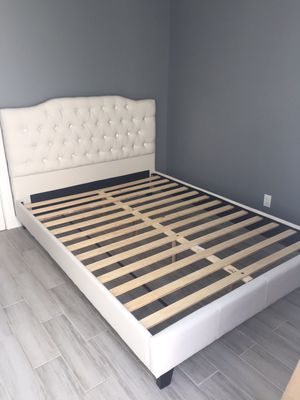 Queen Leather Bed Frame, White for Sale in Santa Fe Springs, CA