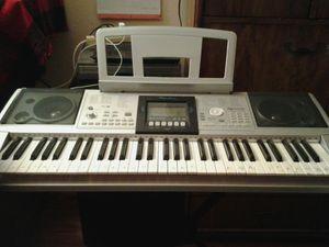 Piano electrónico y pilas con mesita for Sale in Las Vegas, NV