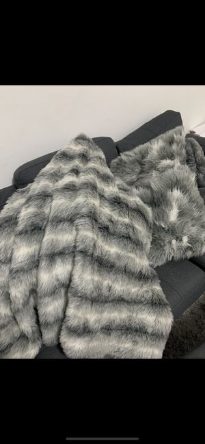 Luxury matching blanket and pillows for Sale in West Palm Beach, FL