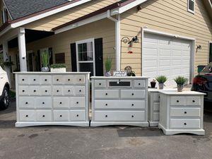 Bedroom Set, Dresser, Nightstands, Dresser Set for Sale in Auburn, CA