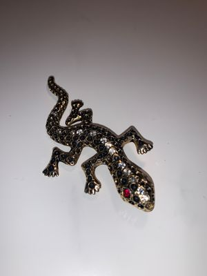 Large red eyed lizard vintage gold and black colored 🦎 brooch for Sale in El Segundo, CA
