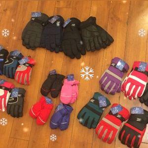 $ 5; $ 6, $8.Snow Gloves Infants Children Women .Guantes Para la Nieve Medidas Infante Niños Mujeres Hombres . for Sale in Paramount, CA