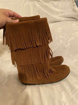 EUC Minnetonka Moccasins size 9 Three Layer Fringe Boots for Sale in Chandler, AZ