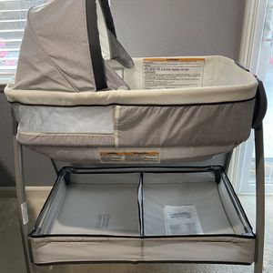 Graco Dream Suite Bassinet/Changing Table 2 In 1 for Sale in Fresno, CA