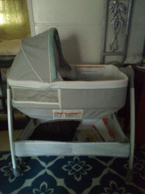 Bassenit, flips over to changing table for Sale in Largo, FL