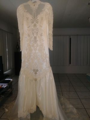 Wedding dress by private label excellent condition all Beat It color is ivory dresses size 10 for Sale in West Palm Beach, FL