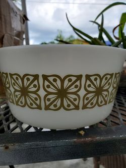 Pyrex serving bowl for Sale in Homestead,  FL