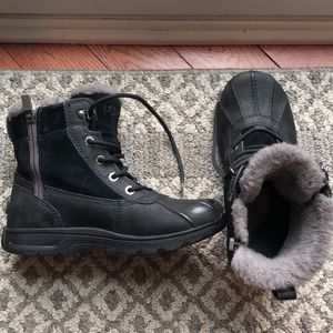 Ugg Kids Waterproof Size 4 Snow boot for Sale in Libertyville, IL